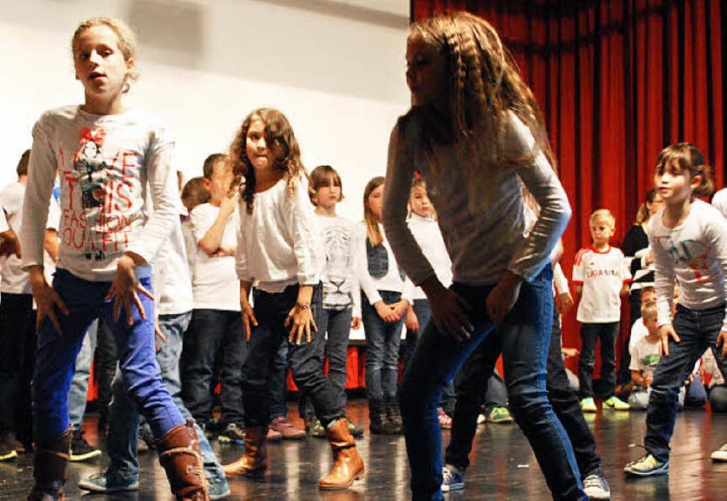 Schulkinder aus Haagen und Village-Neu...eder und Tänzen ein schönes Programm.   | Foto: Thomas Loisl Mink