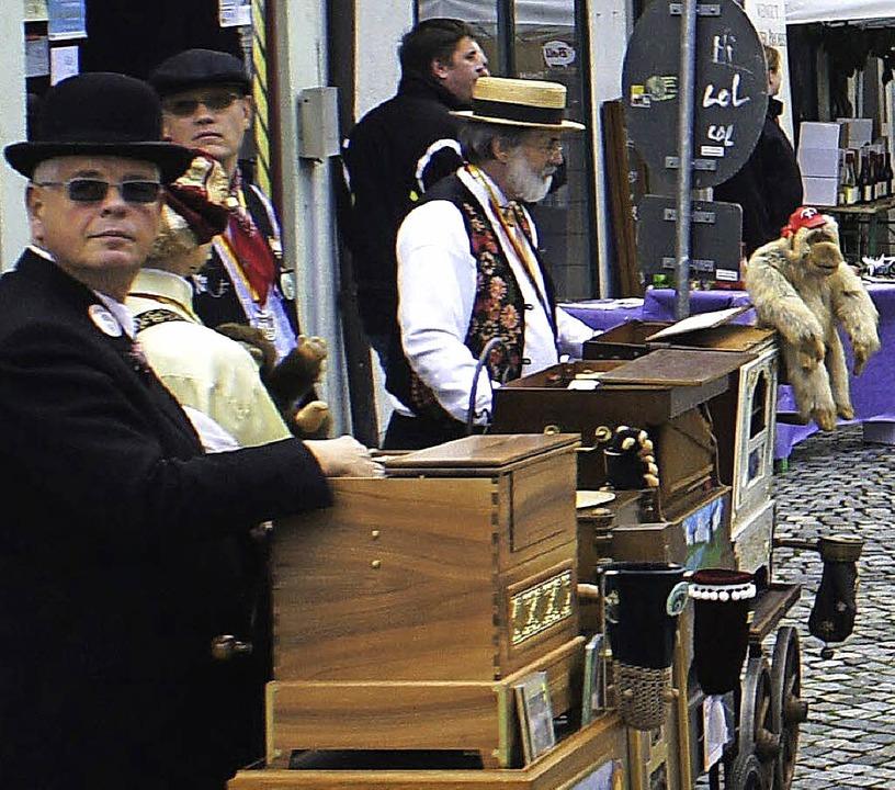 Drehörgeler unterhielten die Marktgäst...er Schweizer Feldschlösschen-Brauerei.    Foto: Reinhard Herbrig