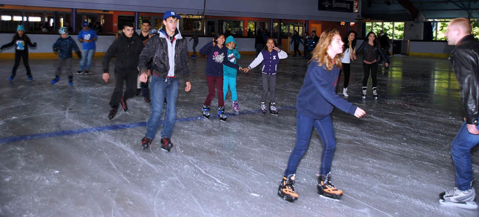 Und auf geht's: Nach den ersten ...n macht das Eislaufen sichtlich Spaß.     Foto: SEDLAK