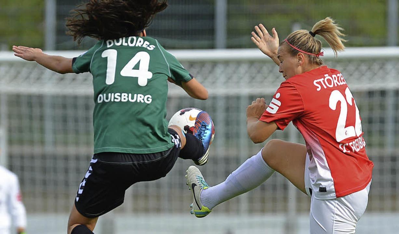 Dolores  Silva kämpft mit  Laura Störzel um den Ball.     Foto: Patrick Seeger