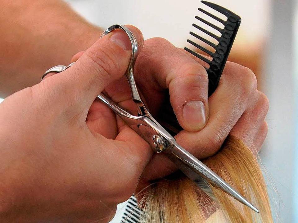 Die SPD fordert die Einführung eines M... wie zum Beispiel dem Friseurhandwerk.  | Foto: dpa