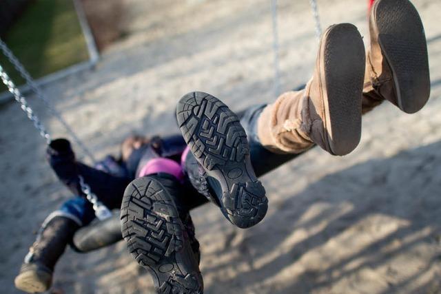 Kinder schaukeln – Mütter prügeln sich