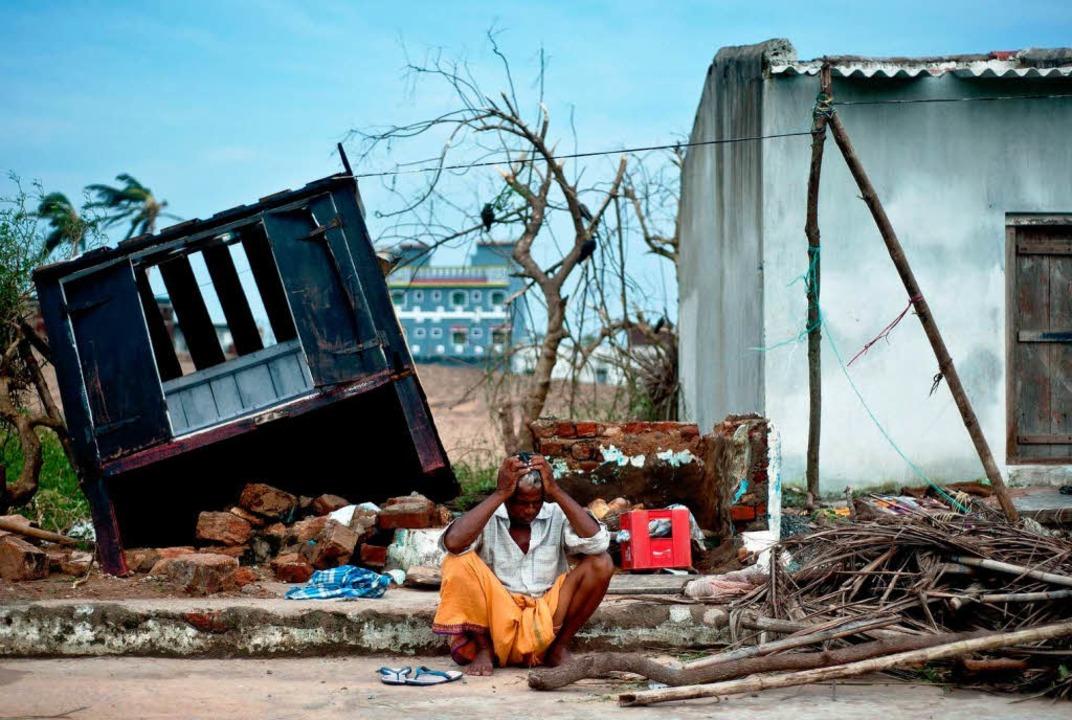 Vielen Menschen wurde das Dach über dem Kopf durch den Sturm weggenommen.   | Foto: afp
