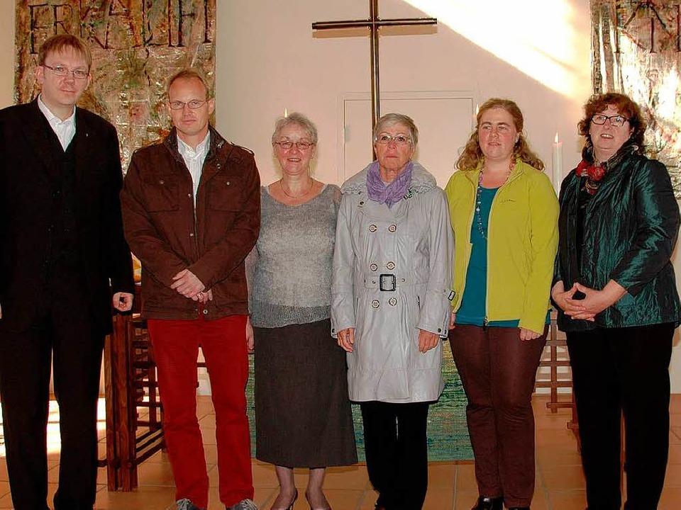 Pfarrer Dirk Fiedler stellte  die Kand... für die Kirchengemeinderatswahl vor.   | Foto: ouk