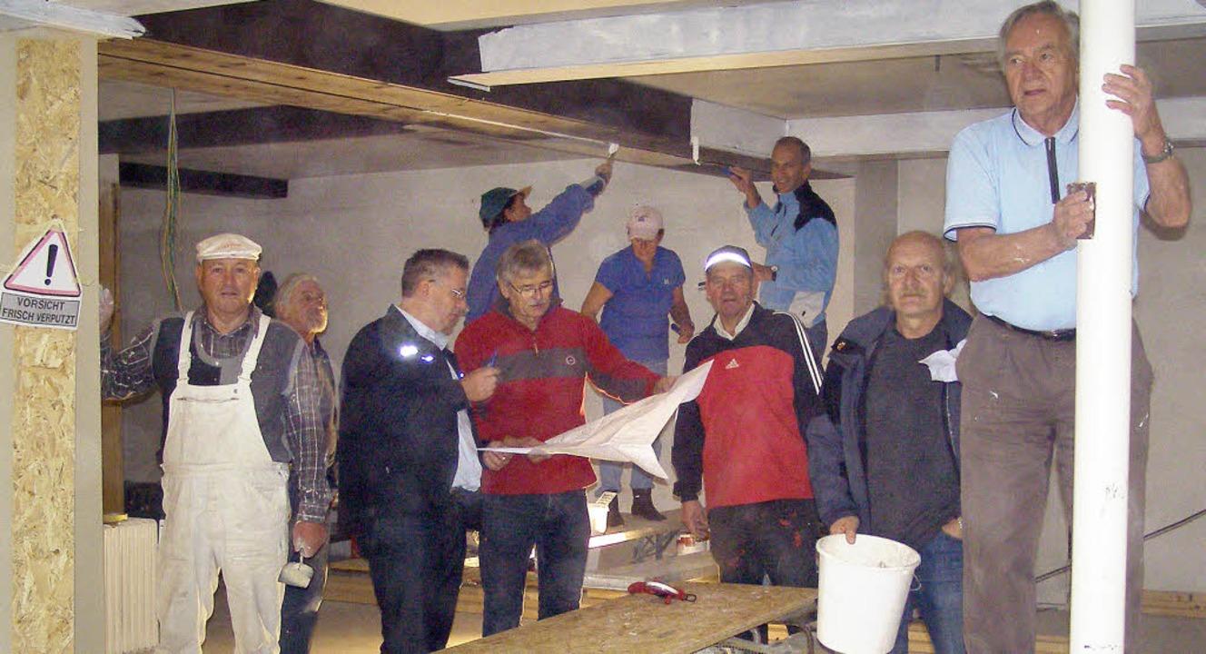 Zusammen für die Gemeinschaft: Im ehem...n freiwilligen Helfern der Dorfladen.     Foto: Liane Schilling