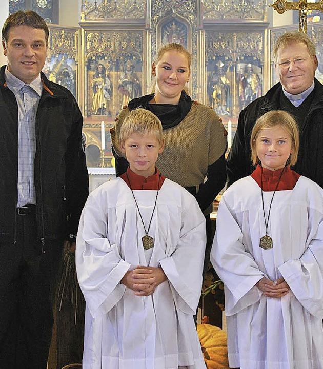 Seit Sonntag sind Nikolas Kranz und Th...a Herrmann und Pfarrer Matthias Kirner  | Foto: Ralph Fautz
