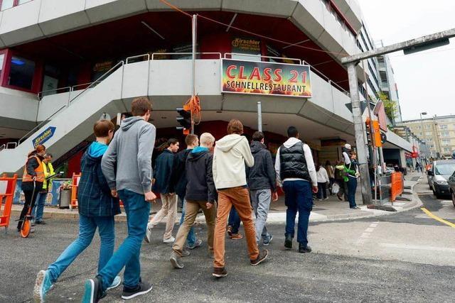 Lernen im Einkaufszentrum - G9-Invasion fordert Gymnasium heraus