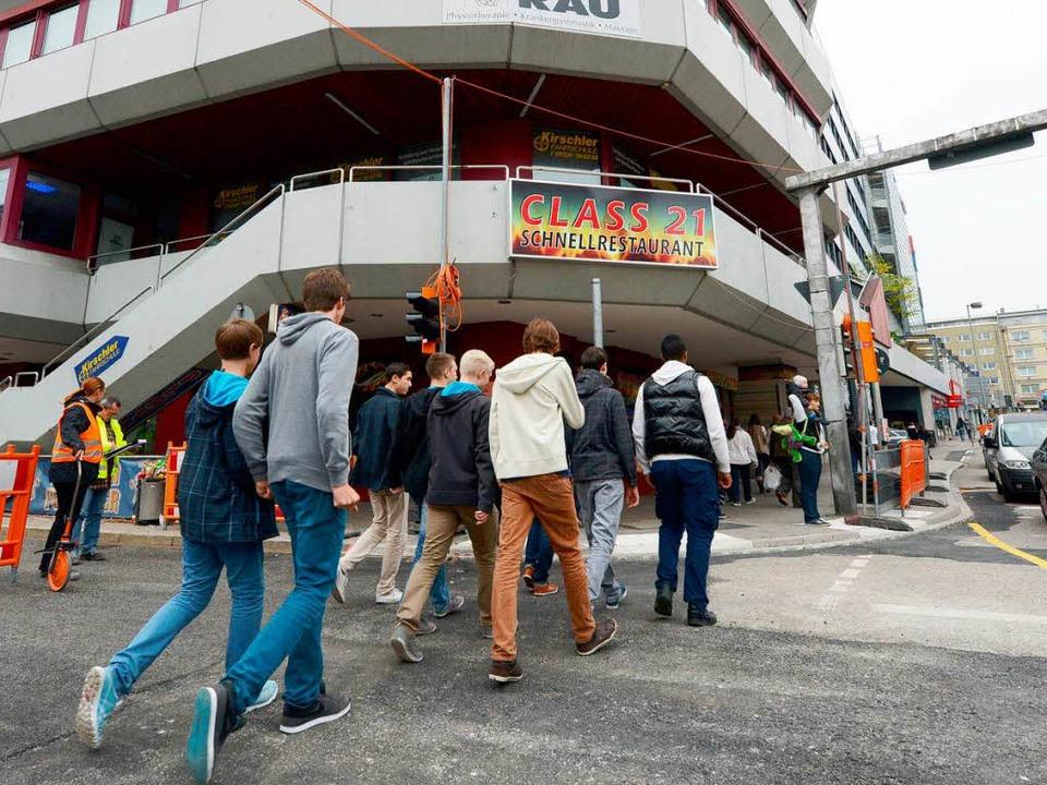 Schüler der Klasse 10 d gehen von der ... Geschäfts- und Bürohaus in Pforzheim.  | Foto: dpa