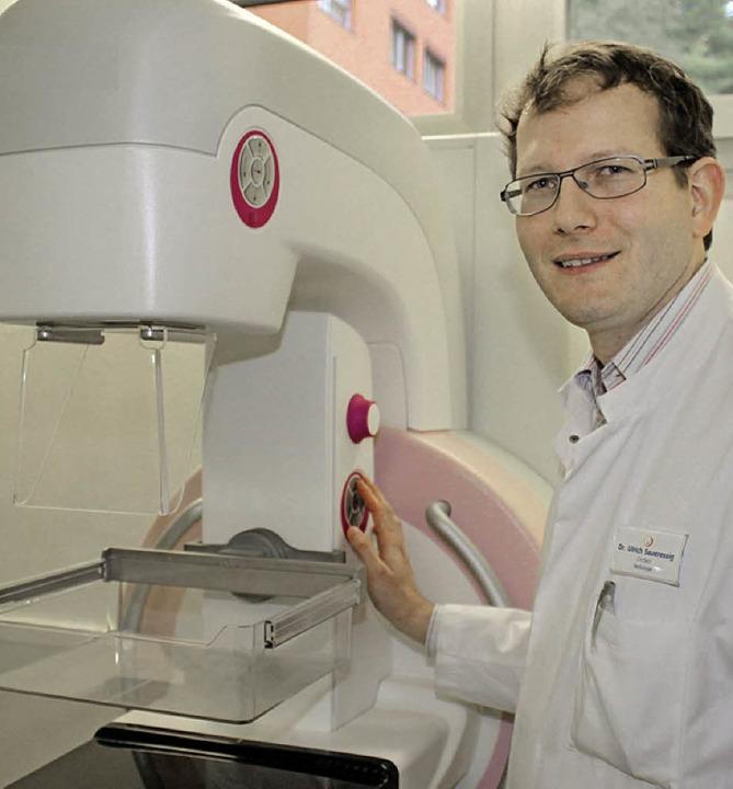 Chefarzt Ulrich Saueressig mit dem neuen Mammographiegerät    Foto: Landratsamt