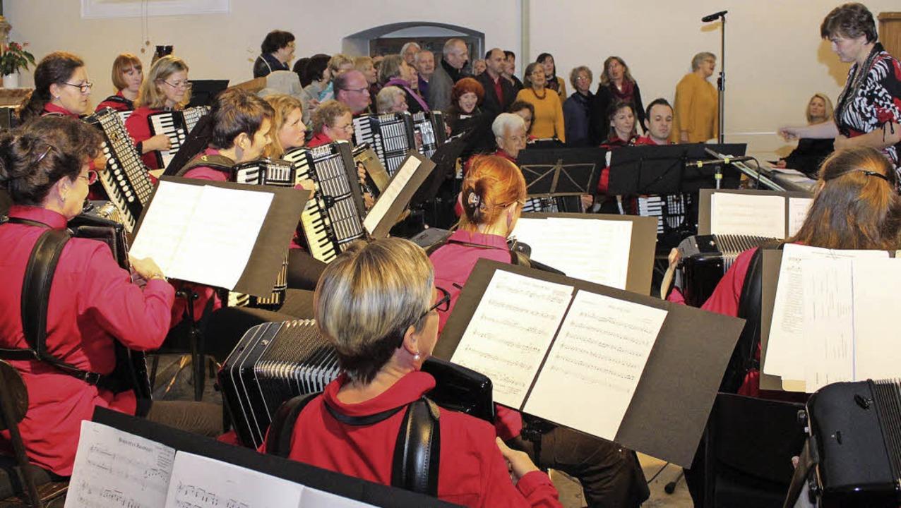 Gestalteten gemeinsam einen gelungenen...im und der Pop- und Jazz- Chor March.   | Foto: Mario Schöneberg