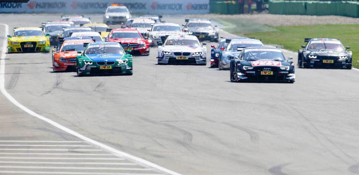 Die Rennen mit den DTM-Boliden locken ... Zuschauer wie früher an die Strecken.  | Foto: dpa
