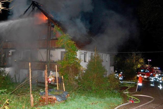 Dachstuhl eines Wohnhauses brennt vollständig