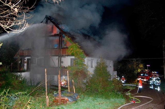 Feuerwehr rettet Mehrfamilienhaus