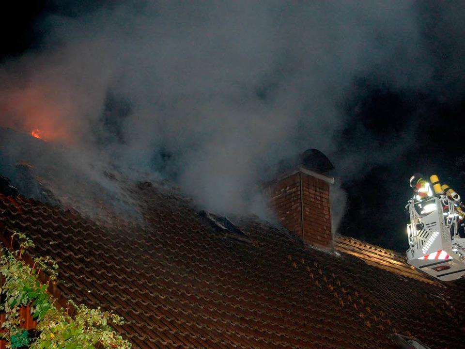 Mit der Drehleiter Kirchzarten wurde die Dachhaut abgelöscht.