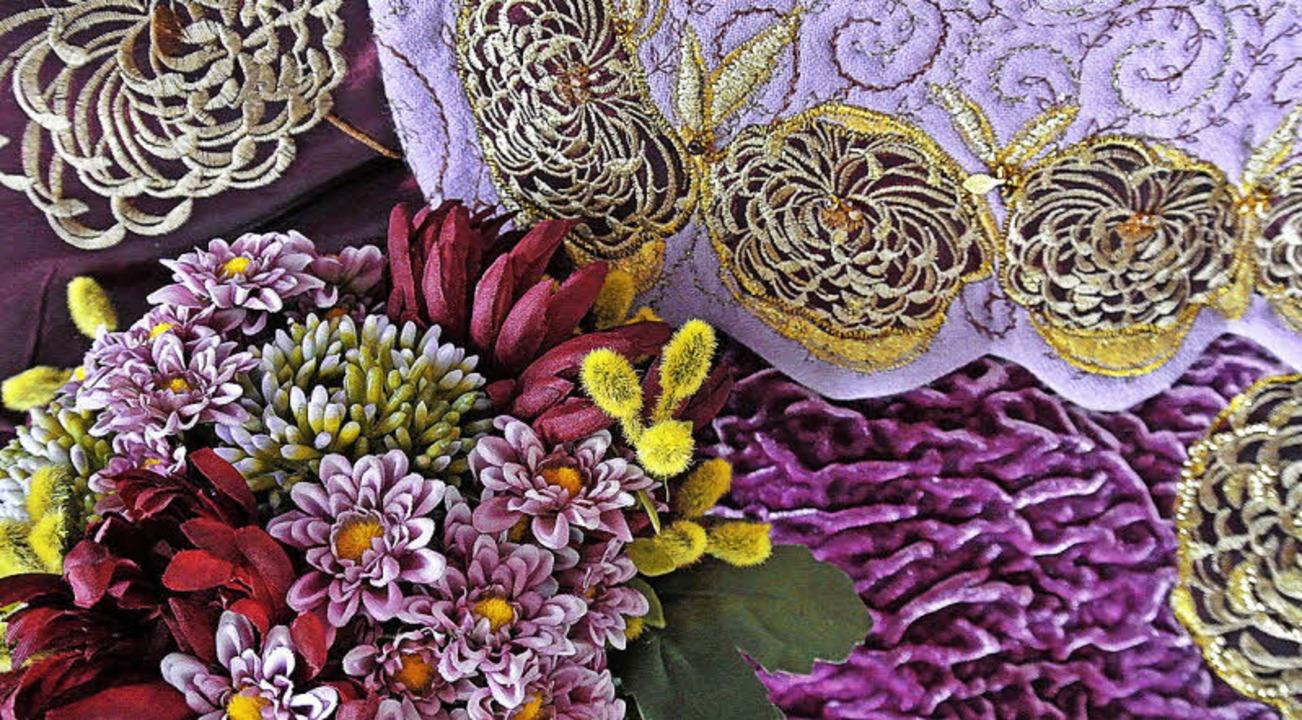 Goldene Chrysanthemenapplikationen auf...er Stoffmesse in Saint Marie-aux-Mines  | Foto: Cornelia Lanner