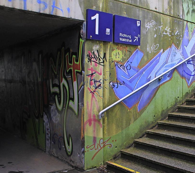 Keine schöne Unterführung und Zugang z...r über Treppen am Bahnhof Wehr-Brennet  | Foto: Bianca Fritz