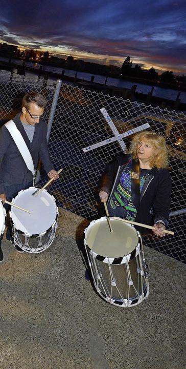 Die Trommler der Klangperformance führten das Publikum hin zu der Lichtkunst.     Foto: Jury Junkov