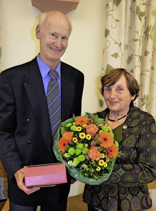 Gerd Pommerenke verabschiedet Elisabeth Furch-Krafft.    Foto: sigrid umiger