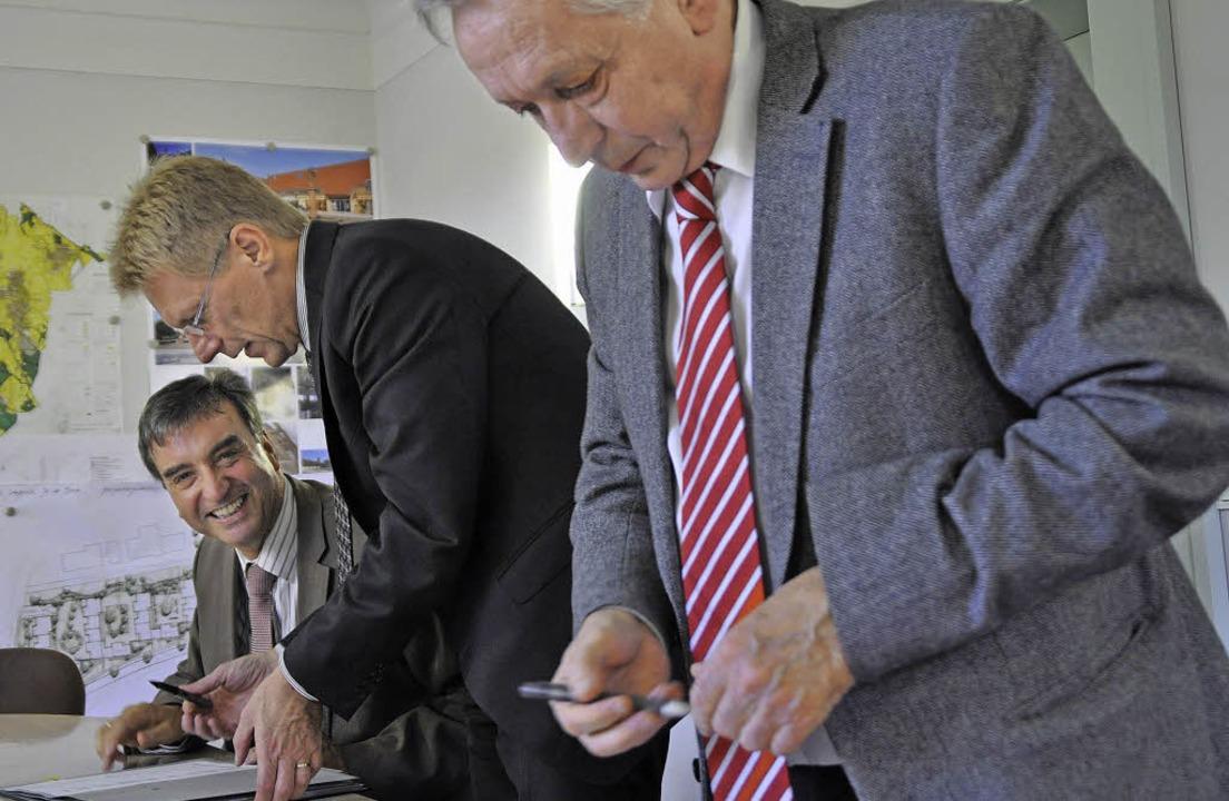 Bürgermeister Laub, Marcel  Thimm  und...  (von links) bei der Unterzeichnung.   | Foto: Steckmeister