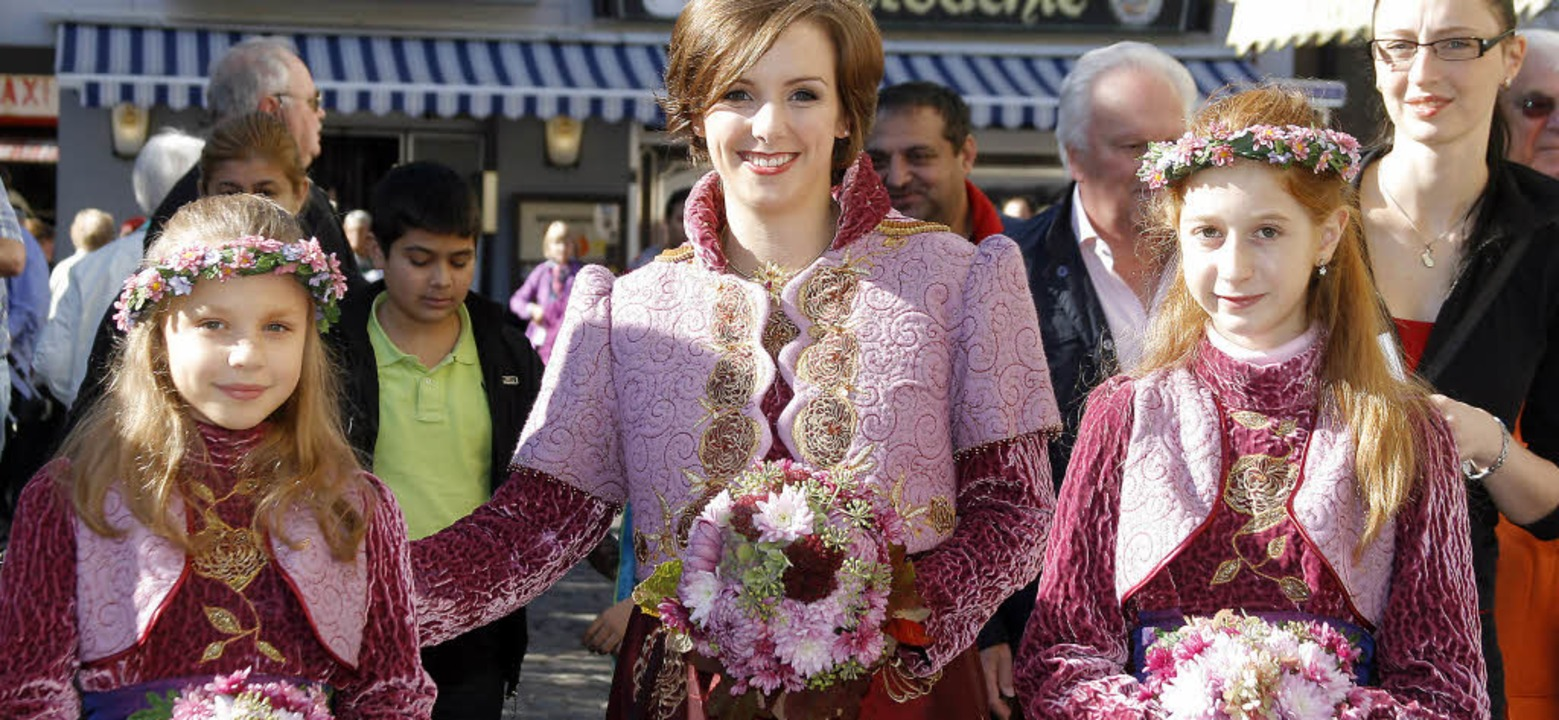 Chrysanthemenkönigin Valerie I. und ih...en Nicole und Alice auf dem Marktplatz  | Foto: HEIDI FÖSSEL