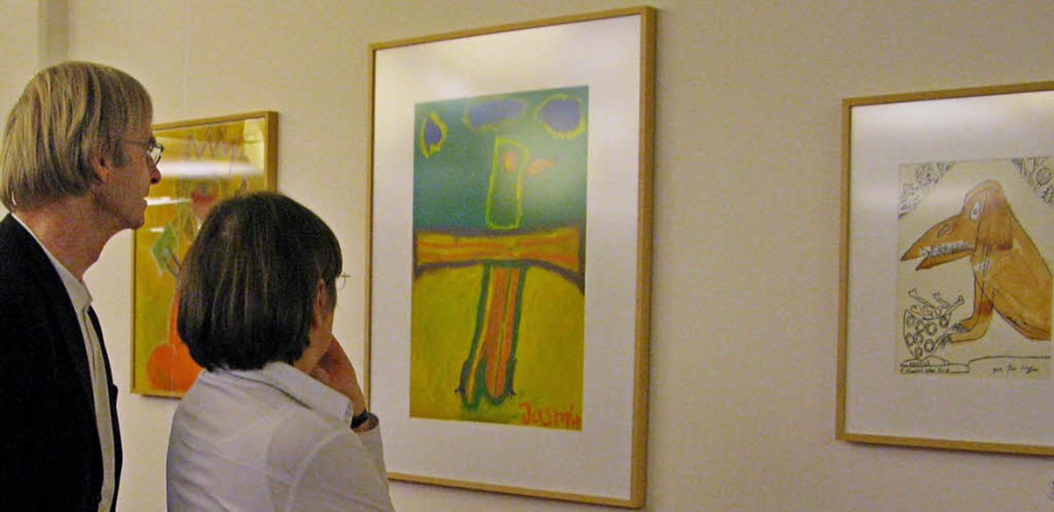 Gäste betrachten die Bilder, die aus e...er für Künstler mit Handicap stammen.   | Foto: Ulrike Spiegelhalter