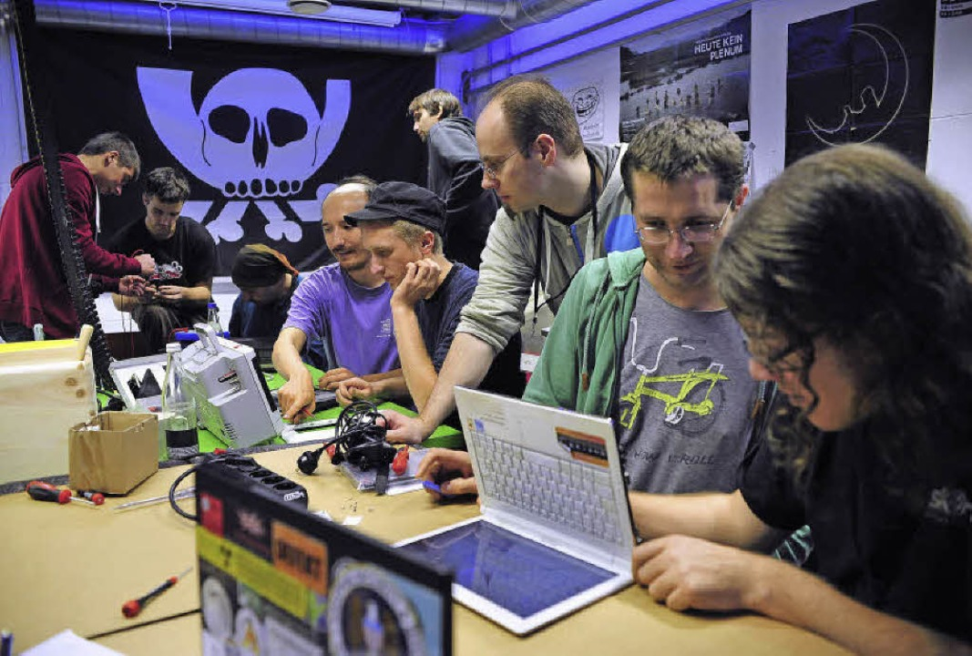 Nur keine Berührungsängste: Mitglieder...Computer-Clubs helfen beim Reparieren.  | Foto: Thomas Kunz