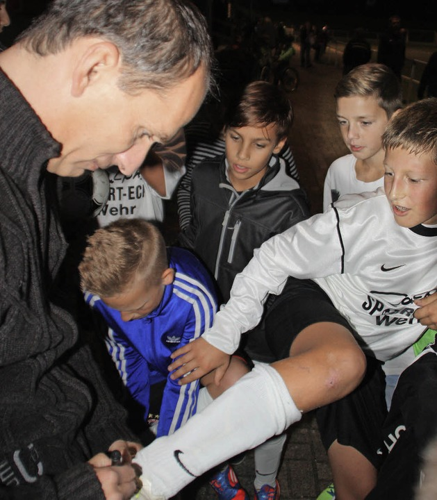 Junge Spieler holten sich ein Autogramm des Bayernschrecks Uwe Wassmer.   | Foto: Jörn Kerckhoff