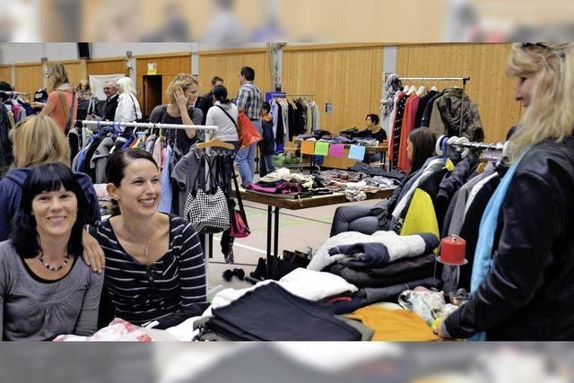 Erste Frauenkleiderbörse in der Hochrheinhalle in Wyhlen mit vielen Besuchern