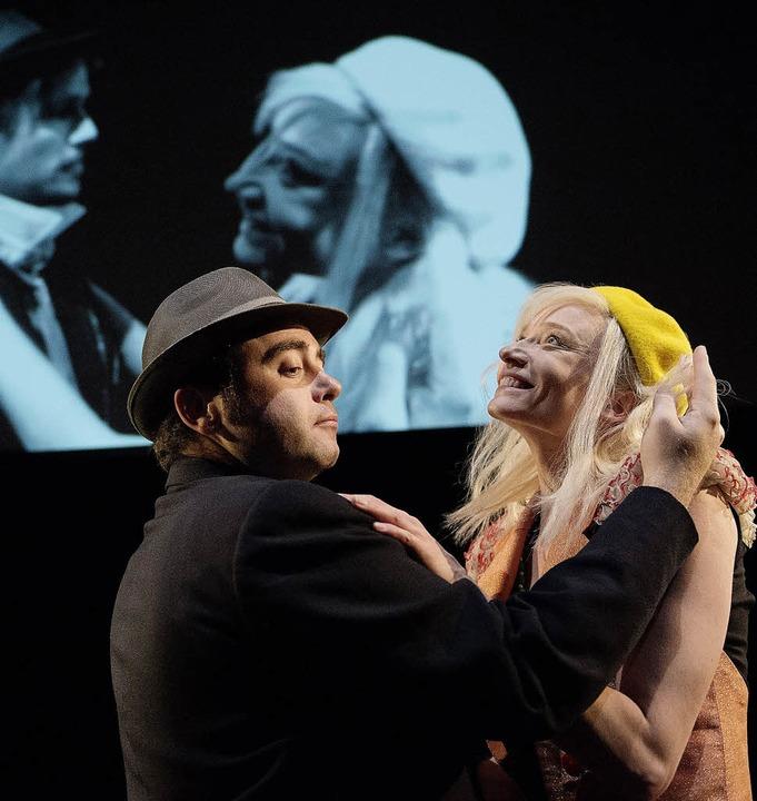 Szene mit Jesse Inman und Mareike Sedl (vorn)  | Foto: Schlosser