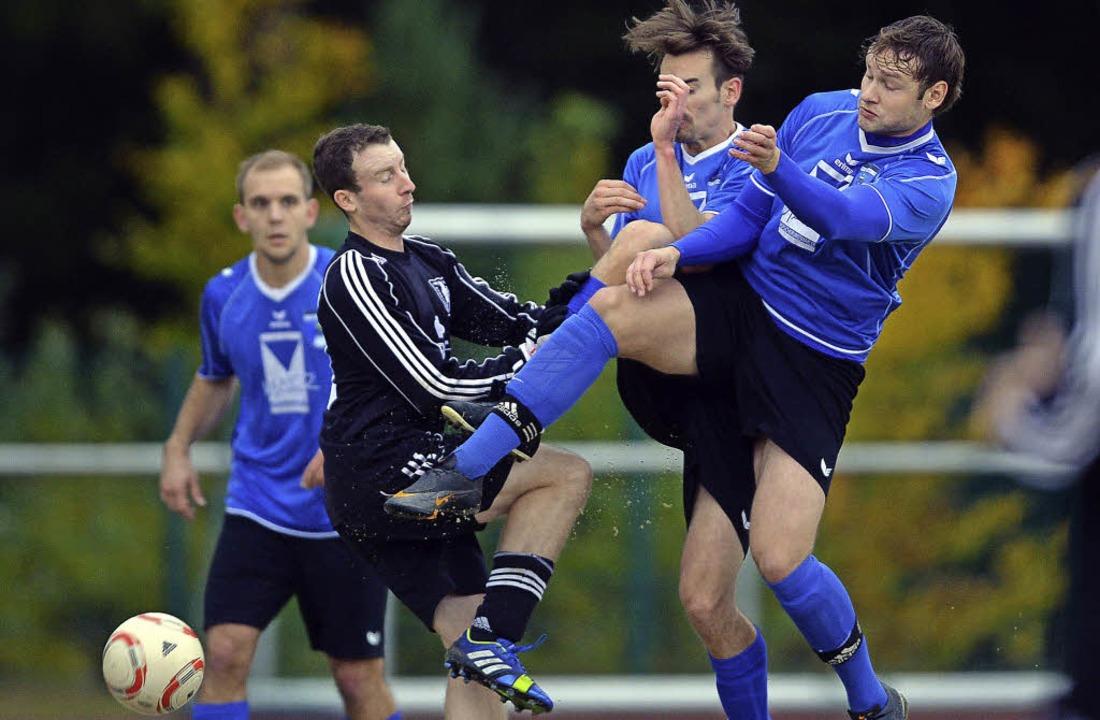 Getümmel auf dem Höchst: Die Eisenbach...it 2:3-Toren  knapp geschlagen geben.     Foto: patrick seeger