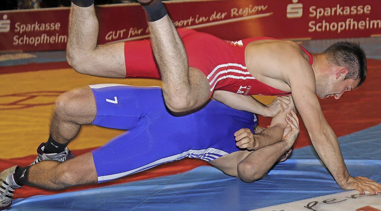 Tobias Oßwald (rot, WKG) schultert Patrick Garnier (Urloffen)   | Foto: Hege