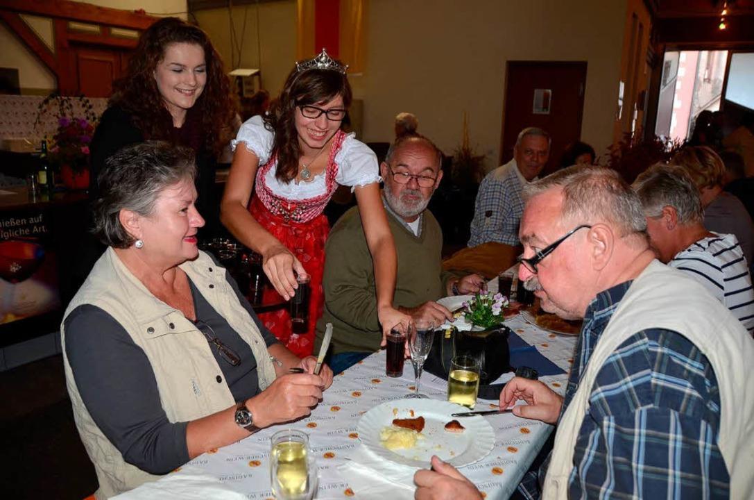 Bereichsweinprinzessin  Katharina Dier...n den Eröffnungsgästen den Gratiswein.    Foto: Roland Vitt