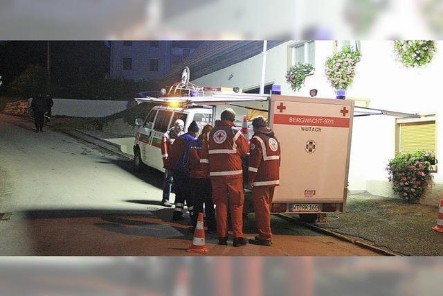 Feuerwehr rettet Menschen aus brennendem Haus