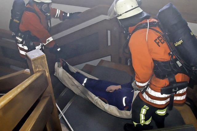 Feuerwehr und Rotes Kreuz bei Menschenrettung Hand in Hand