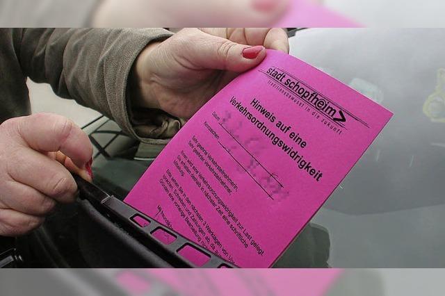 Ordnungsamt verteilt Bußgelder während einer Beerdigung