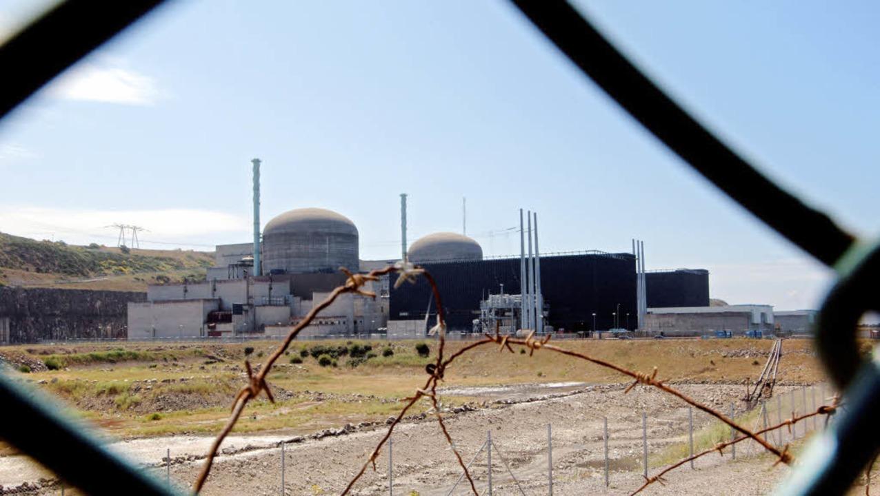 Blick auf das Atomkraftwerk im französ...llen in Großbritannien gebaut werden.   | Foto: afp