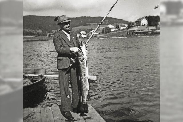 Gäste angeln im tiefdunklen See