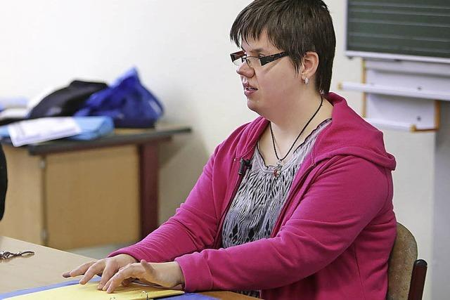 Eine Blinde beeindruckt Schüler als Vorleserin