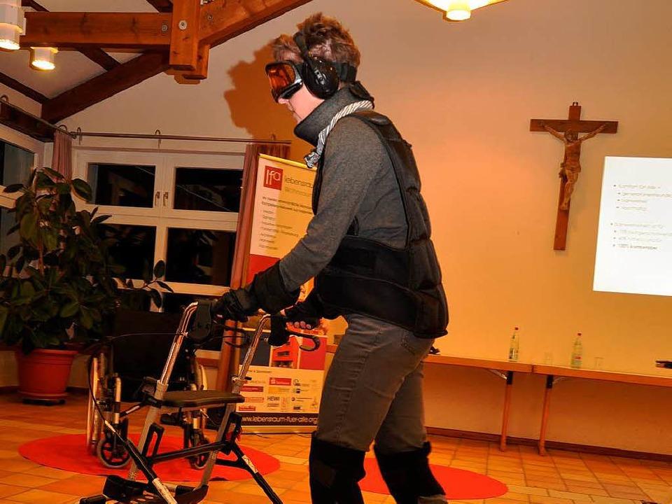 In einem Alterssimulationsanzug testet...fähigkeit und Wahrnehmung  reduzieren.    Foto: Kai Kricheldorff