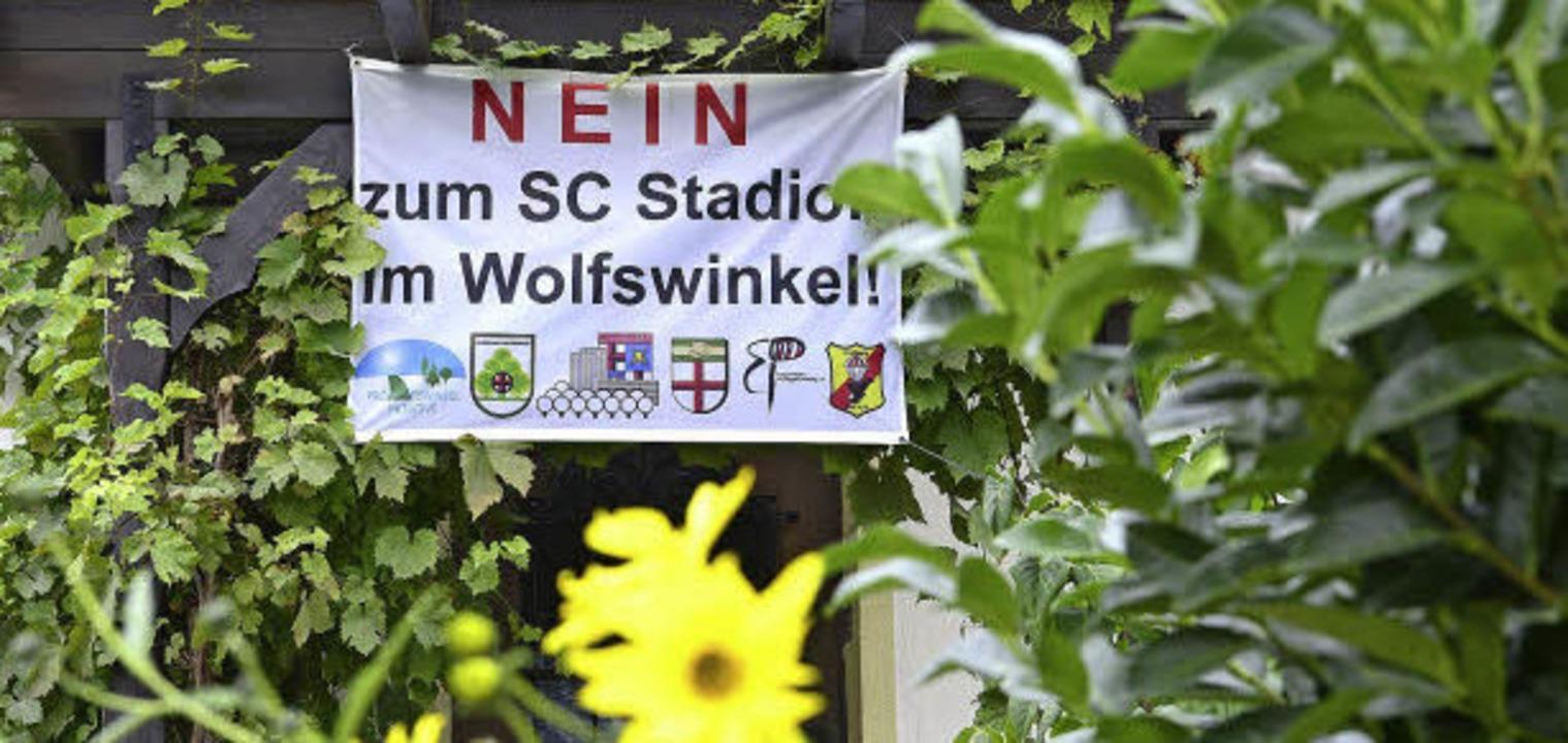 Der Widerstand gegen ein Stadion am Flugplatz ist im Freiburger Westen groß.   | Foto: Ingo Schneider