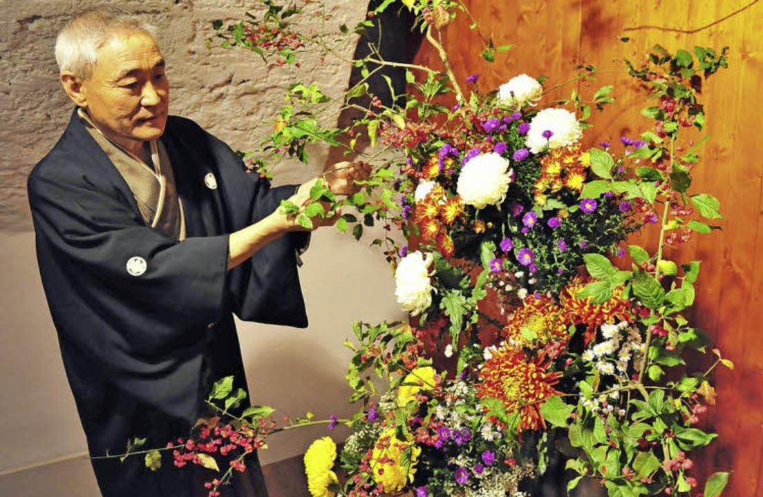 Der in Lahr lebende Kikuto Sakagawa gi...Meister der Ikebana-Blumensteckkunst.   | Foto: axel fleig
