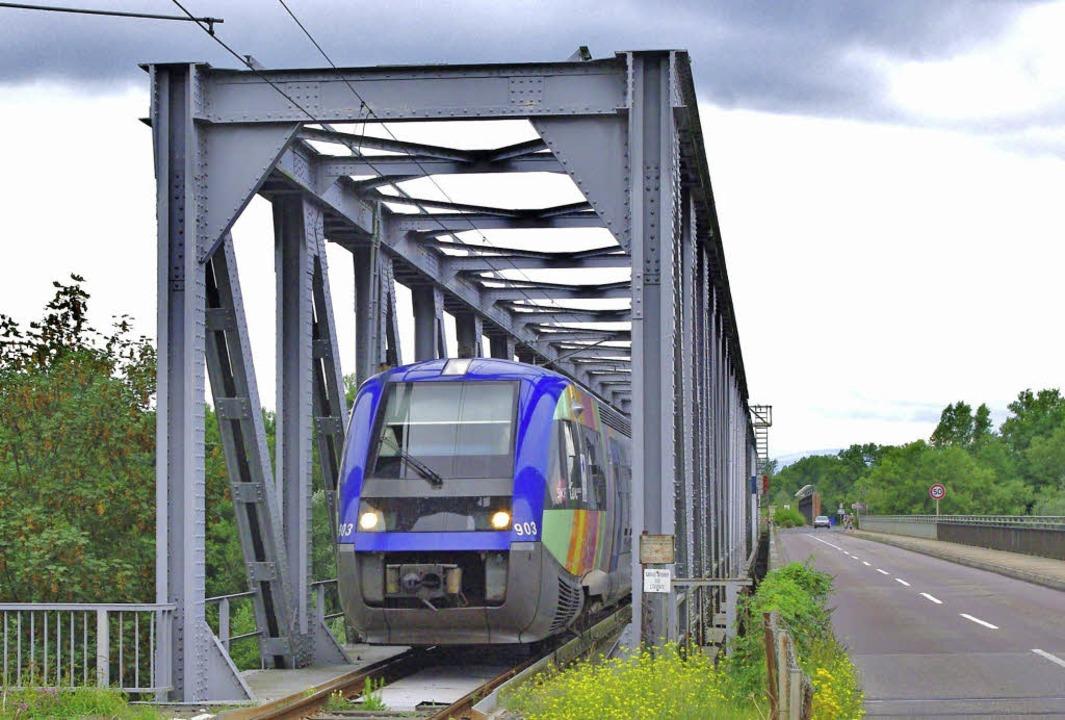 Ein französischer Triebwagen  aus Muhl...ger Rheinbrücke in Richtung Müllheim.     Foto: Rolf Reißmann