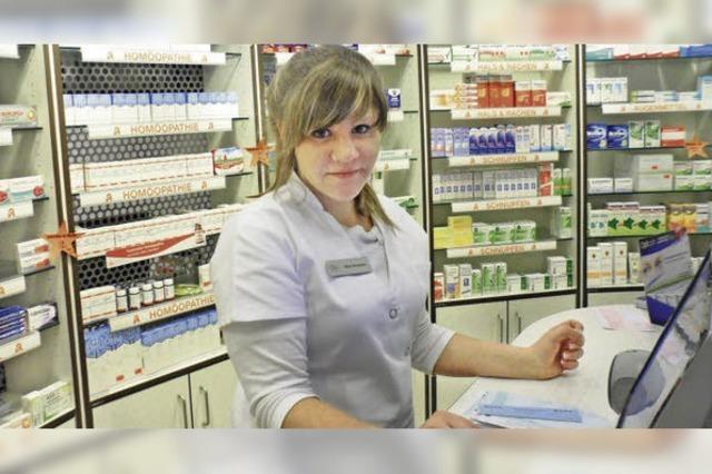 Ausbildungsberuf Pharmazeutisch-technische Assistentin: Maya Moosmann stellt Rezepturen her und gibt Rat