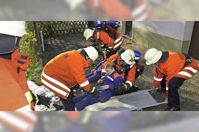 Menschen von Feuerwehr aus den Flammen gerettet