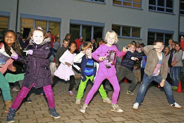 Lichterketten, Lieder, Tänze