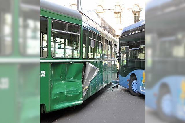 Linienbus und Tram stoßen zusammen