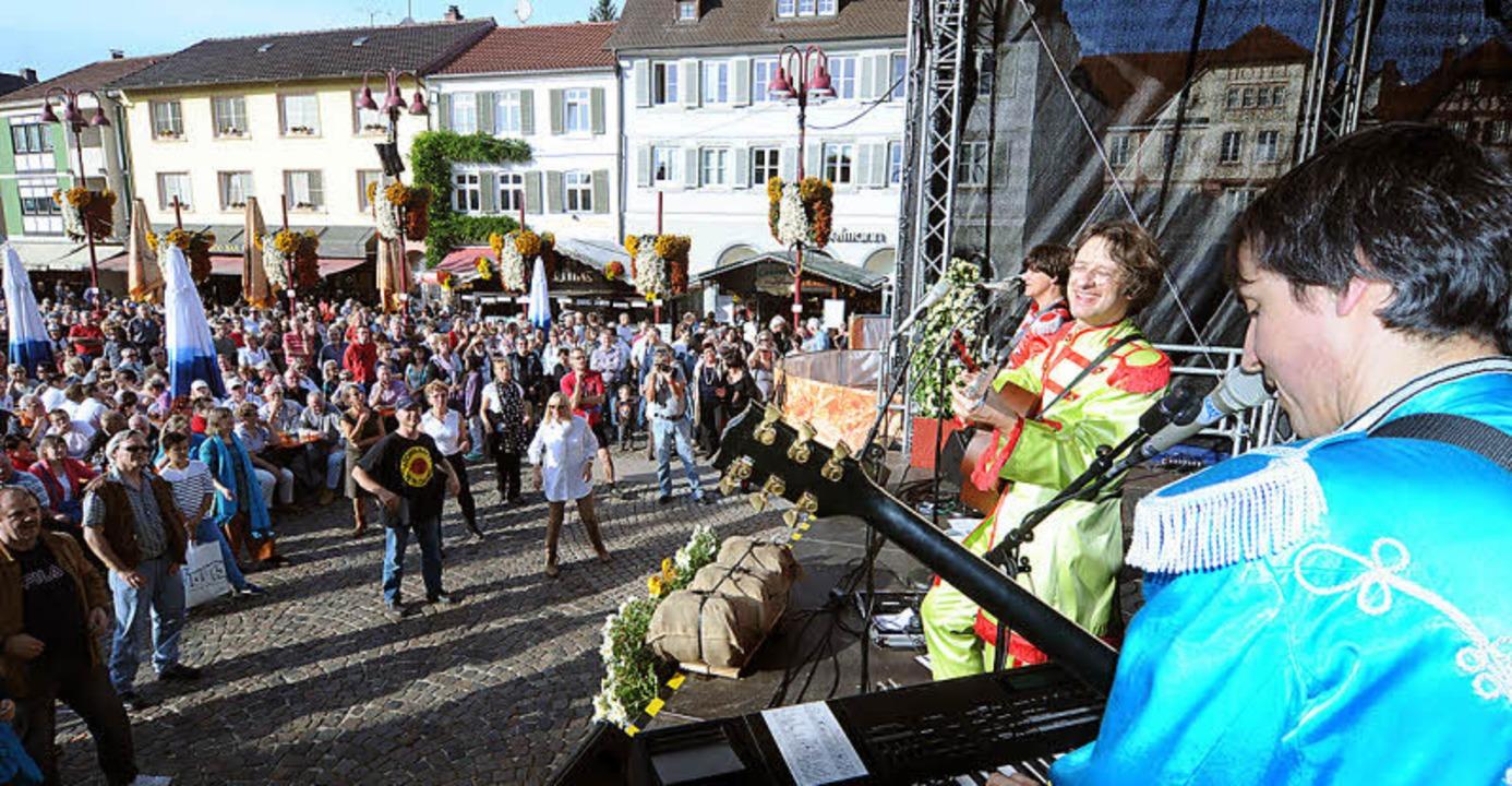 Fast perfekte Kopie: Die ReBeatles auf dem Marktplatz  | Foto: W. Künstle