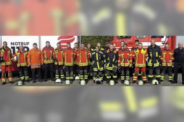 18 Feuerwehrleute frischgebackene Truppführer