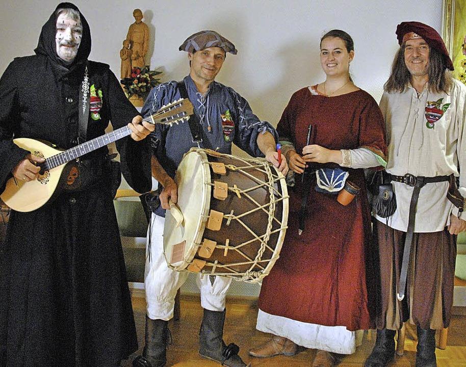 Eine Stunde Mittelalter begeisterte di...ausin, Andrea Griesser und Günter Butz  | Foto: Ralph Fautz