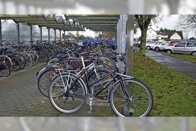 Mehr Platz für Autos und Räder am Orschweirer Bahnhof